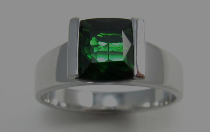 Fish engagement ring in white gold and green tourmaline
